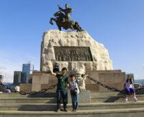 ウランバートルの街を散歩したらチンギスハーン像が!!