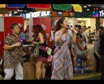香港の街は頭上注意?!夜は熱気ムンムン「女人街」へ!