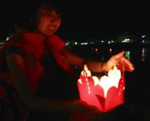 ボートに乗って灯篭流し&大盛り上がりの皿割りゲーム!@ホイアン・ランタン祭り